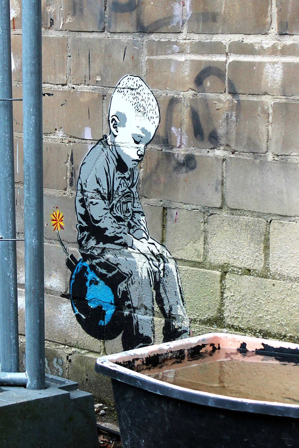 Alias_Boy_Sitting_Bomb_Street_Art_Berlin_Blog_post-1